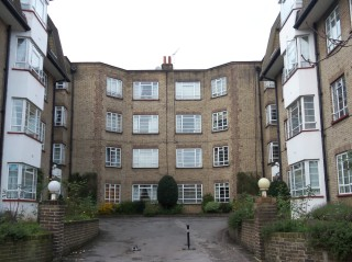 Central to Wimbledon, a 2 bed flat in a secure gated development